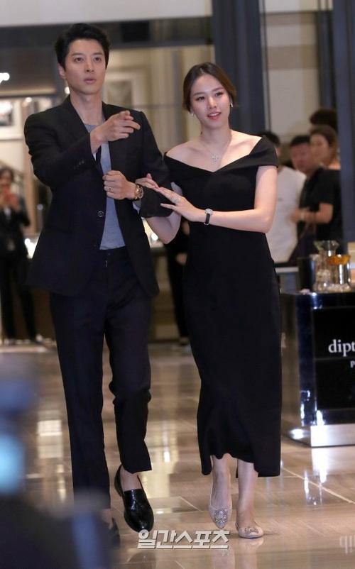 Lee Dong Gun dẫn vợ trẻ Jo Yoon Hee tới một sự kiện ở Seoul, Hàn Quốc, ngày 11/8. Cặp đôi nhanh chóng thu hút sự quan tâm của fan và phóng viên bởi đây là lần đầu họ tay trong tay trong một sự kiện kể từ thông báo kết hôn đột ngột vào tháng 5/2017.