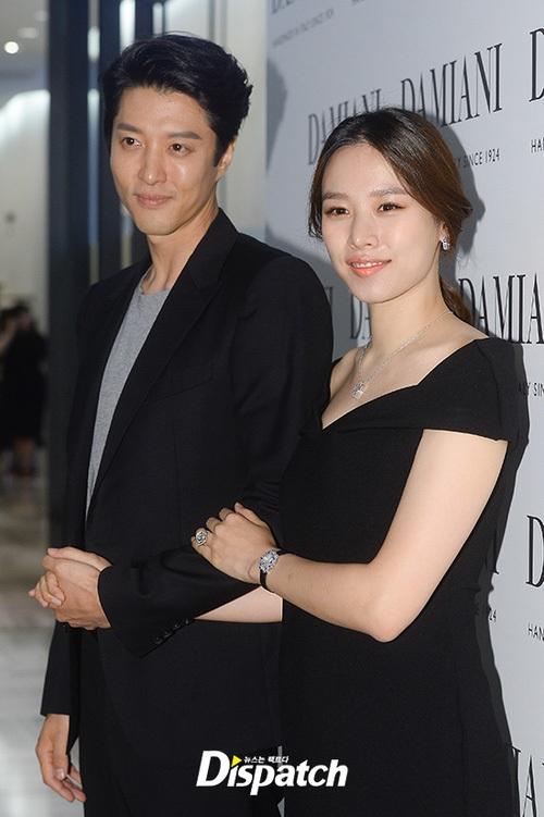 Ánh mắt của Lee Dong Gun và Jo Yoon Hee rạng ngời hạnh phúc. Dường như thái độ nặng nề của fan không làm ảnh hưởng tới hạnh phúc đang có giữa hai người.
