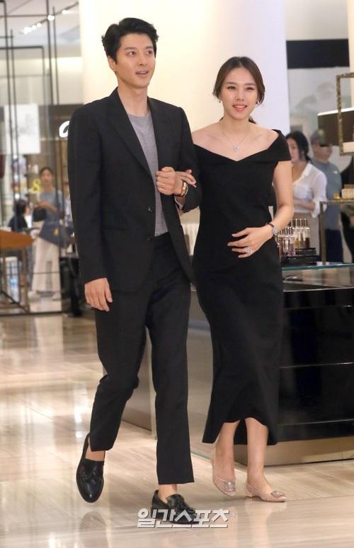 Lee Dong Gun và Jo Yoon Hee quen biết không lâu sau khi anh chia tay với nữ ca sĩ Ji Yeon (Tara). Thời điểm tháng 5/2017, ngoài việc thông báo đã làm đám cưới với đàn em, Lee Dong Gun cũng xác nhận chuyện anh và vợ sắp lên chức bố mẹ.