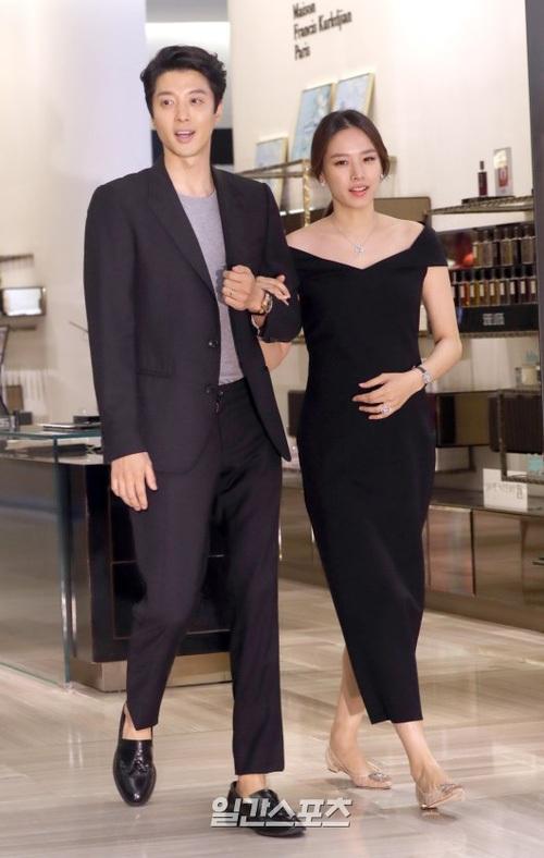Lee Dong Gun tháp tùng vợ bầu đi dự sự kiện - 3