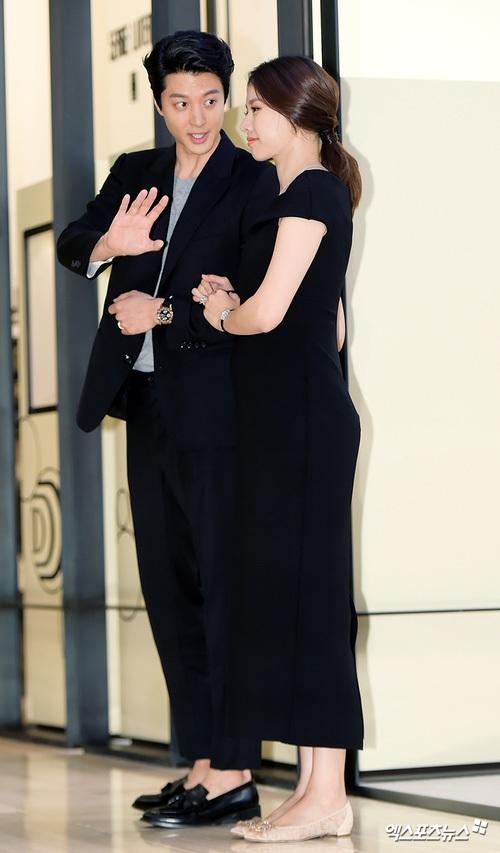 Thái độ căng thẳng của fan khiến Lee Dong Gun và Jo Yoon Hee buộc phải im lặng và né tránh truyền thông một thời gian. Tháng 8 này, họ mới tay trong tay tại một sự kiện.