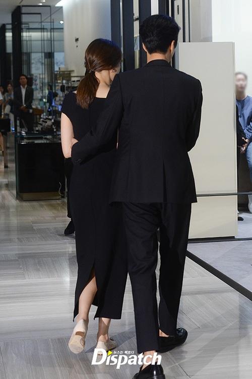 Lee Dong Gun ân cần dìu vợ bởi cô đang mang thai đứa con đầu lòng của hai người. Cả hai nghệ sĩ đều diện trang phục vest cùng váy dài lộng lẫy, ton sur ton đen.
