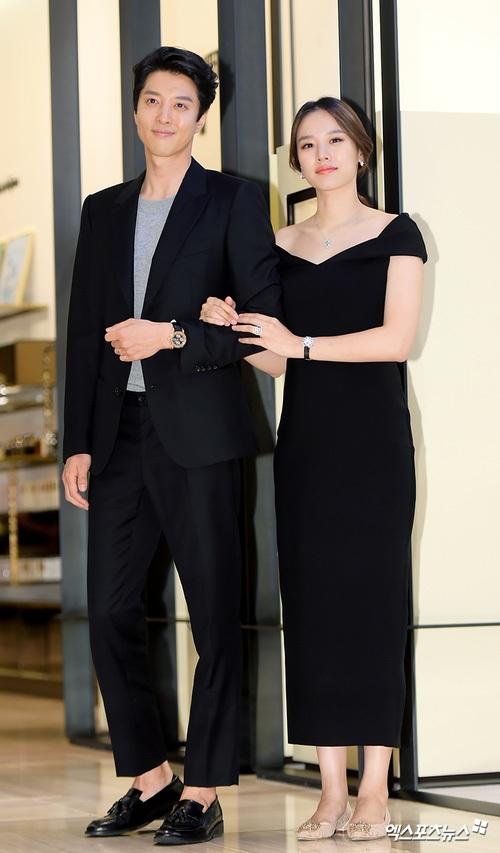 Jo Yoon Hee cũng tăng cân khi mang thai. Cô đã lộ rõ bụng bầu dù diện váy đen.