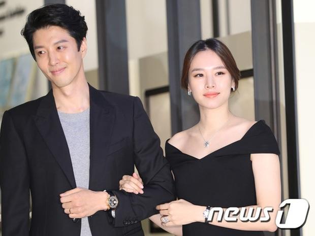 Lee Dong Gun tháp tùng vợ bầu đi dự sự kiện - 8
