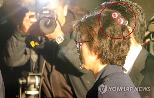AP đưa tin, thẩm phán Lee Jung-mi, quyền Chánh án Tòa án Hiến pháp Hàn Quốc, đã được nhìn thấy tới tòa án tại thủ đô Seoul vào sáng nay với hai chiếc lô uốn tóc màu hồng ở phía sau đầu. (Ảnh: Yonhap)