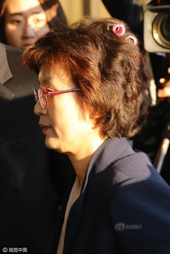 Bà Lee Jung-mi dường như không hay biết về sự cố này. (Ảnh: Sina)