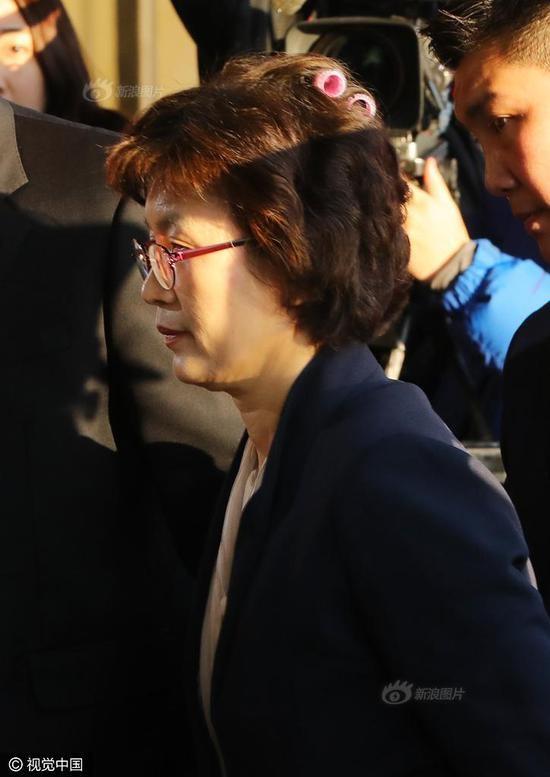 Cư dân mạng tại Hàn Quốc đã nhanh chóng chia sẻ các bức ảnh về bà Lee Jung-mi. Nhiều người đã gọi sự lơ đễnh này là một minh chứng cho thấy sự tận tụy và chăm chỉ làm việc của bà Lee. (Ảnh: Sina)