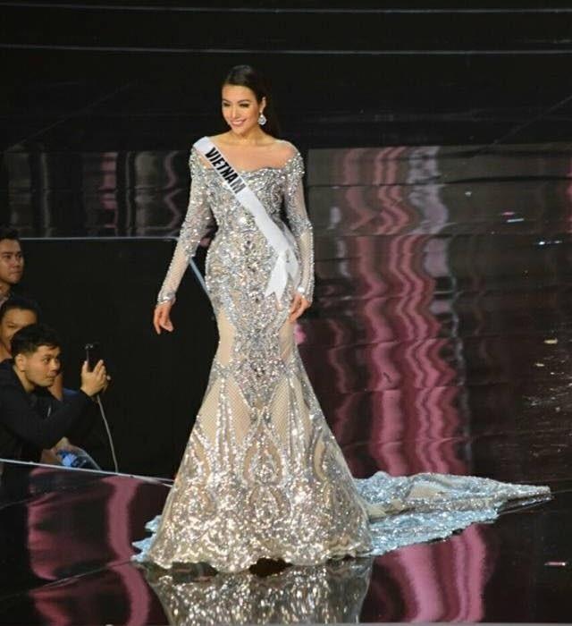 Ở phần thi trang phục dạ hội, cô duyên dáng trong mẫu đầm dạ hội đuôi cá được đính kết cầu kỳ và lấp lánh.