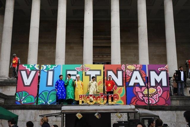 Khu vực triển lãm nghệ thuật trưng bày những bức ảnh, tranh vẽ và các vật phẩm truyền thống như tượng các dân tộc, áo dài, áo gấm...