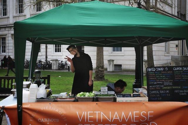 Gần 1000 sinh viên quốc tế háo hức xếp hàng thưởng thức bánh mì, phở bò Việt - 4