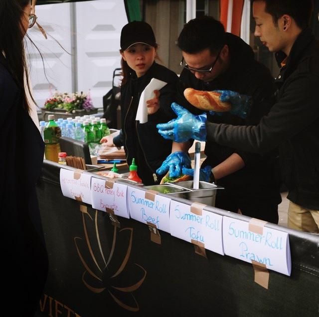 Gần 1000 sinh viên quốc tế háo hức xếp hàng thưởng thức bánh mì, phở bò Việt - 5