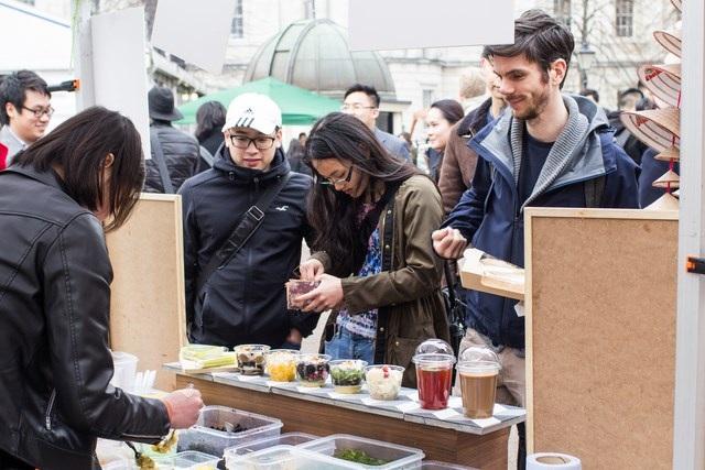 Gần 1000 sinh viên quốc tế háo hức xếp hàng thưởng thức bánh mì, phở bò Việt - 8