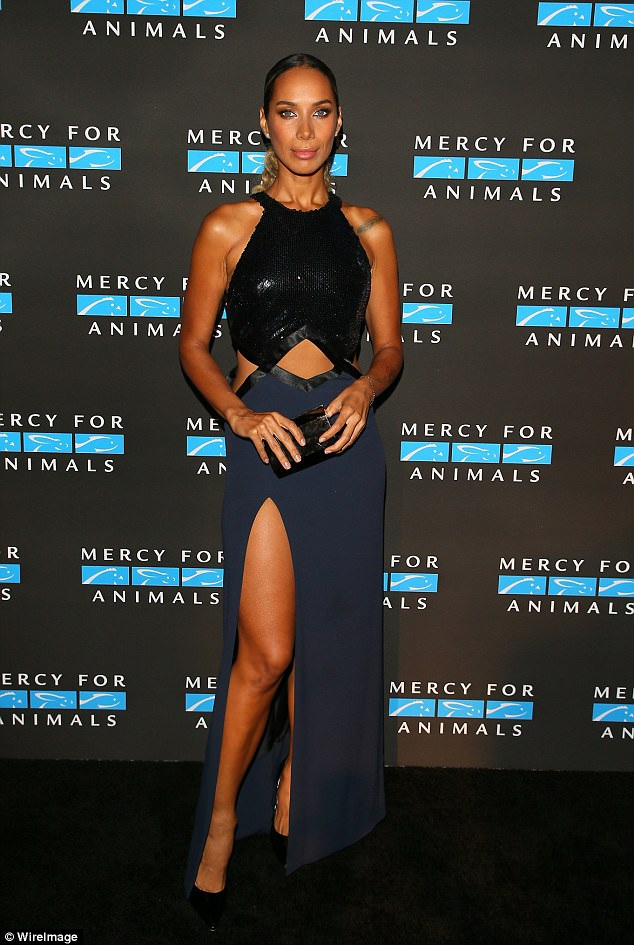 Leona Lewis diện đầm cắt xẻ gợi cảm khi tới dự một bữa tiệc gây quỹ từ thiện tại Los Angeles, Mỹ. Không hiểu là do lối trang điểm hay do Leona giảm cân mà vẻ ngoài của cô trông khác biệt đến thế.