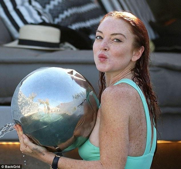 Lindsay Lohan đang tận hưởng kỳ nghỉ tại Hi Lạp ngày 25/7 vừa qua
