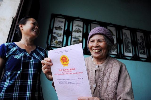 Niềm vui vỡ oà khi cụ Lích được cấp giấy chứng nhận quyền sử dụng đất với mức áp thuế 0 đồng sau những chỉ đạo quyết liệt, kịp thời của Thủ tướng Nguyễn Xuân Phúc, Phó Thủ tướng Trương Hoà Bình và Bộ trưởng Trần Hồng Hà.