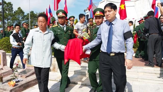 Bí thư tỉnh uỷ Nghệ An Nguyễn Đắc Vinh (hàng đầu, bên phải) đưa lĩnh cữu liệt sĩ tới nơi an nghỉ.