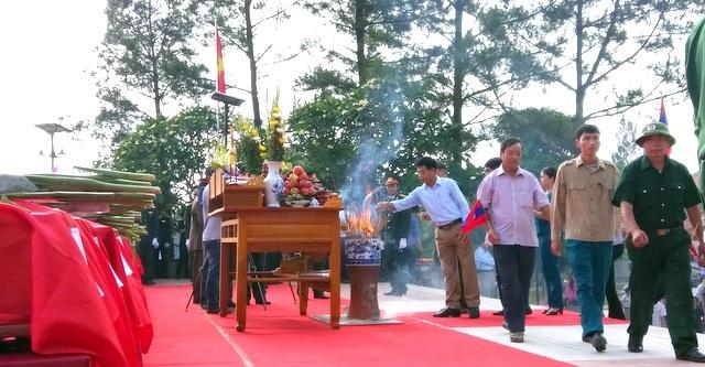 Đông đảo các tầng lớp nhân dân và khách quốc tế tới thắp hương các hương hồn liệt sĩ.