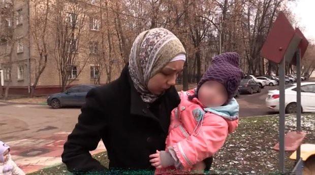 Lilia và con út, các con của cô đều có vấn đề về phát triển do bị nhốt trong phòng suốt tuổi thơ.