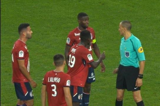 Amadou (thứ hai từ phải sang) mới là người đáng phải nhận thẻ đỏ