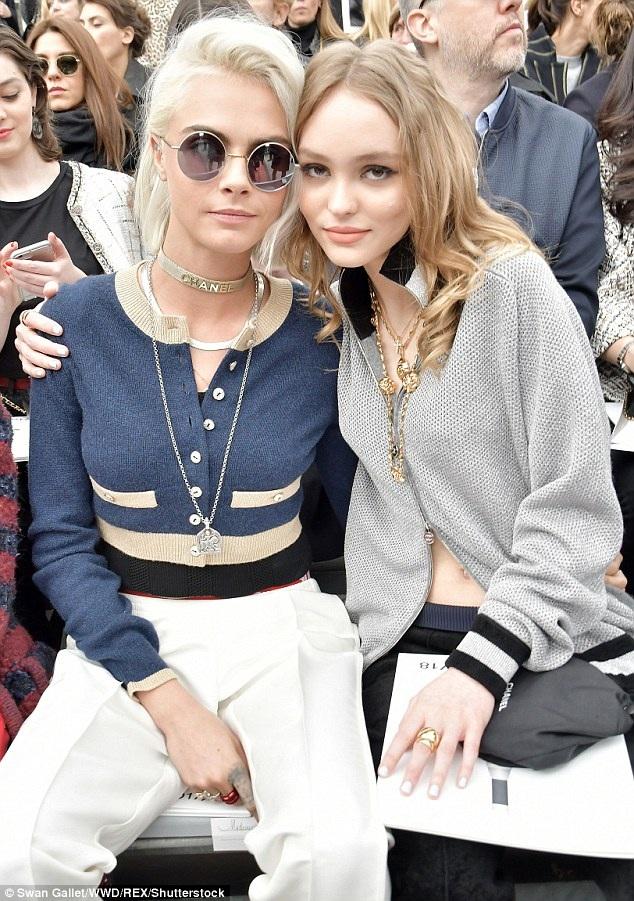 Lily-Rose Depp ngồi hàng đầu bên siêu mẫu Anh Cara Delevingne