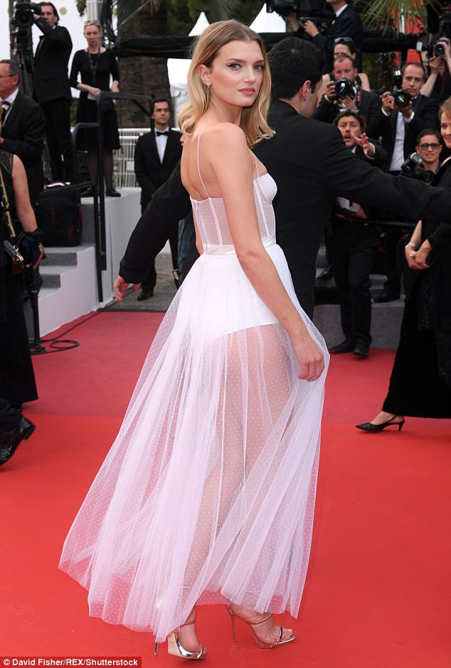 Ngày thứ 2 của LHP Cannes, dập dìu mỹ nhân dự sự kiện và đọ váy áo