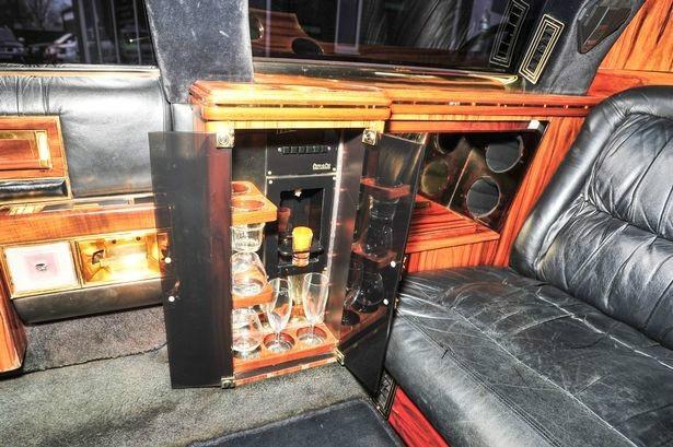 Khoang sau xe được trang bị đầy đủ tiện nghi, từ điện thoại di động, két sắt, bàn làm việc gấp, cho đến minibar.