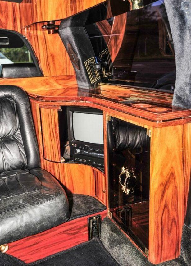 Nội thất được ốp gỗ hồng mộc, có trang bị cả máy fax, TV, đầu băng từ (VCR) và máy huỷ tài liệu.