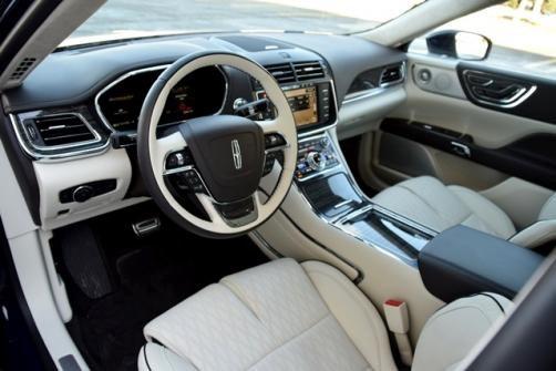 Lincoln Continental có cabin được thiết kế tinh tế, trang bị dàn âm thanh cao cấp, trang thiết bị tiện nghi.