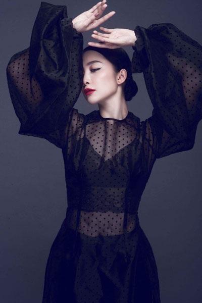 Với dáng váy cắt cúp phần thân và ngực, NSƯT Linh Nga toát lên vẻ đẹp vừa huyền bí vừa gợi cảm.