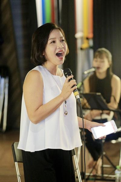 Ca sĩ Mỹ Linh diện trang phục thoải mái tại buổi tập luyện.