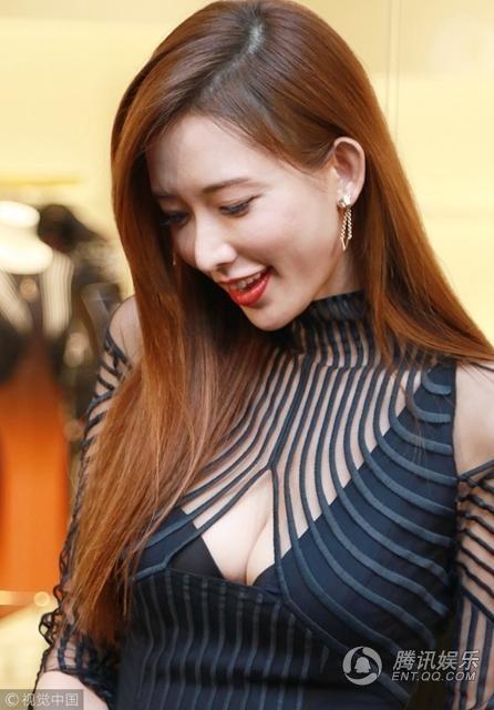 Lâm Chí Linh mặc gợi cảm tới sự kiện ở Hồng Kong, tối 17/10. Cô nhanh chóng thu hút sự quan tâm của phóng viên. Siêu mẫu xứ Đài vẫn đẹp xuất sắc ở tuổi 43.