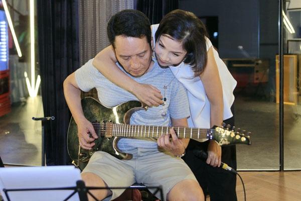 Khoảnh khắc tình tứ của Mỹ Linh và ông xã, nhạc sĩ Anh Quân tại buổi tập luyện.