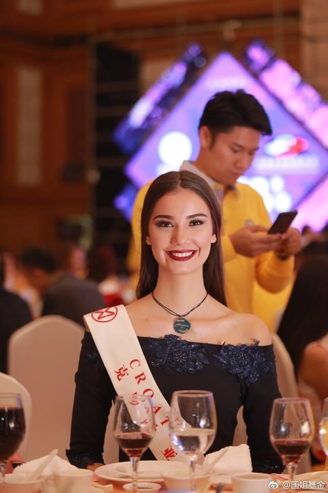 Hoa hậu Mỹ Linh diện áo dài trắng trong tiệc từ thiện của Hoa hậu Thế giới 2017 - 8