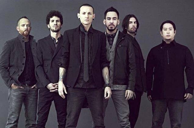 Các thành viên của Linkin Park. Chester Bennington thắt cà vạt, đứng hàng đầu.