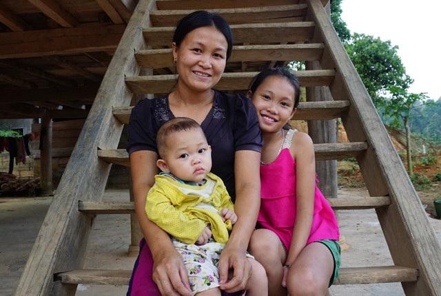 Chị Lô Thị Hồng (bản Mai, xã biên giới Thông Thụ, Quế Phong, Nghệ An) bên hai cô con gái