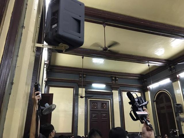 Bà Nguyễn Mai Phương, người được xem là nhân vật bí ẩn đã xuất hiện tại toà chiều 27/6, tuy nhiên bà Phương không ra trước HĐXX mà ngồi đối chất tại một phòng riêng, kết nối với phiên toà qua hệ thống âm thanh.