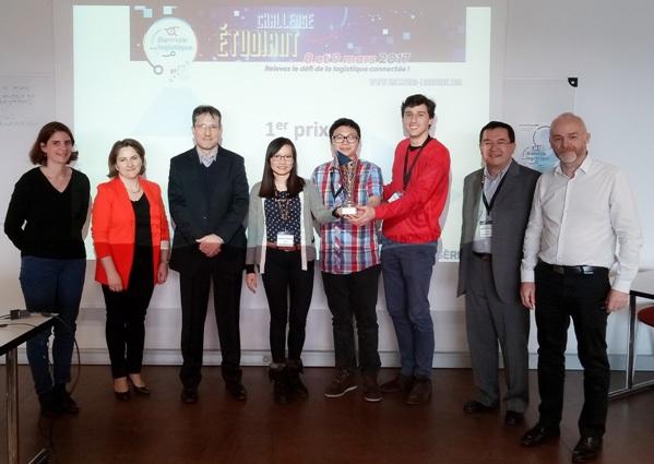 3 thành viên nhóm Fourmistic đang cầm Cúp chiến thắng chụp ảnh chung với Ban giám khảo và đại diện nhà tổ chức.