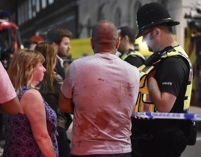 Các nhân chứng nói chuyện với cảnh sát vụ tấn công trên cầu London (Ảnh: Reuters)
