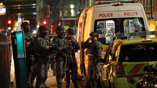 Cảnh sát cho biết 6 người đã thiệt mạng trong vụ tấn công và 3 nghi phạm bị bắn chết. Trong ảnh là lực lượng chống khủng bố hiện diện trên đường phố London. (Ảnh: Reuters)