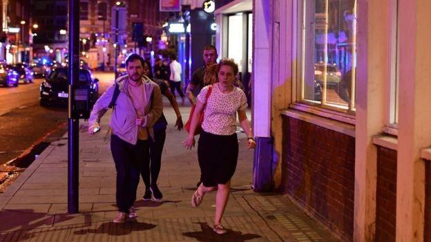 Cảnh sát London cho hay họ bắt đầu nhận được thông tin nói rằng một phương tiện lao vào những người đi bộ trên cầu London vào lúc 10h08 tối qua giờ địa phương (Ảnh: Reuters)
