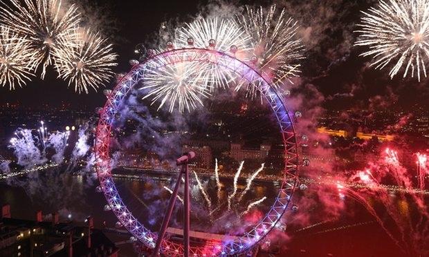 Pháo hoa rực rỡ hai bên bờ sông Thames và vòng tròn khổng lồ ở thủ đô London, Anh (Ảnh: PA)