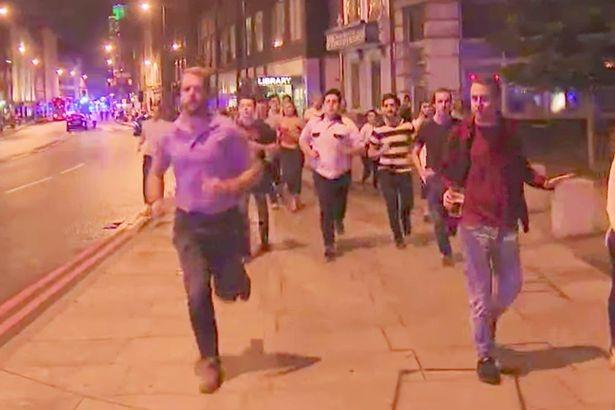 Cảnh hỗn loạn trên cầu London sau vụ tấn công. (Ảnh: Mirror)