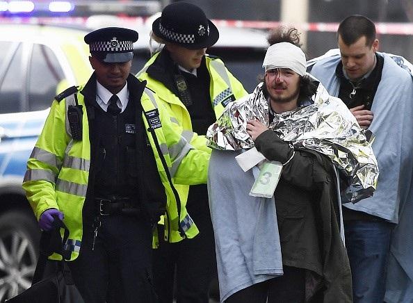 Bernadette Kerrigan, một nhân chứng, cho biết với hãng tin Sky News: Tôi chỉ nhìn thấy một chiếc ô tô lao đi không kiểm soát, đâm vào người đi bộ trên cầu. Khi xe của chúng tôi chạy qua cầu, chúng tôi nhìn thấy nhiều người nằm la liệt trên nền, họ chắc chắn đã bị thương. Tôi nhìn thấy khoảng 10 người, và sau đó lực lượng cứu hộ đã có mặt tại hiện trường. Khung cảnh khá hỗn loạn. (Ảnh: Getty)