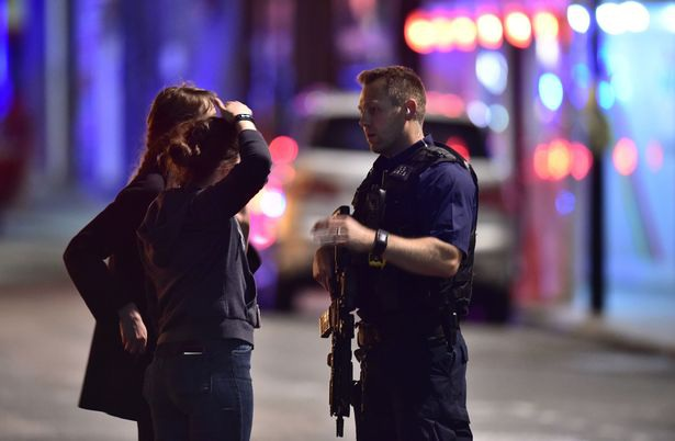 Cảnh sát có vũ trang đã có mặt và phong tỏa hiện trường. (Ảnh: PA)