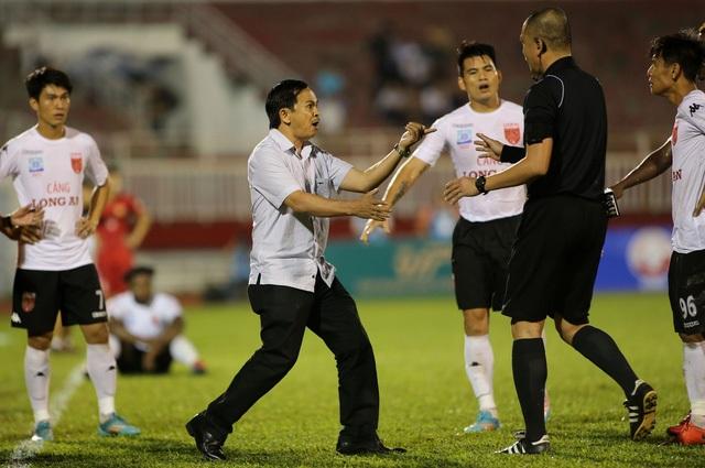 Các thành viên đội Long An lao vào sân phản ứng trọng tài Nguyễn Trọng Thư (ảnh: Anh Hải)