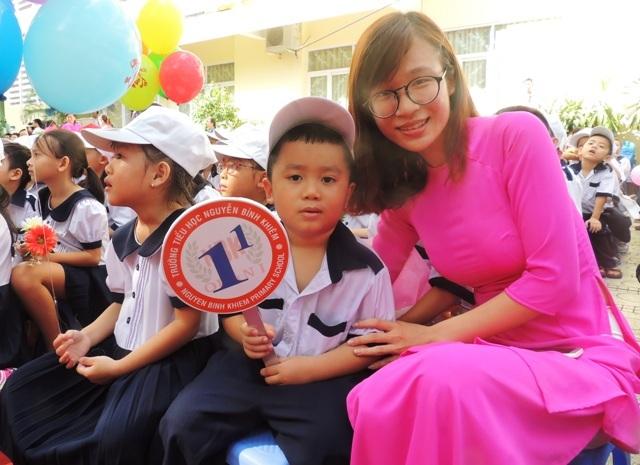 Sở GD-ĐT TPHCM yêu cầu giáo viên cần khích lệ, động viên, khen ngợi học sinh lần đầu đến trường, nhất là những em chưa biết chữ trước