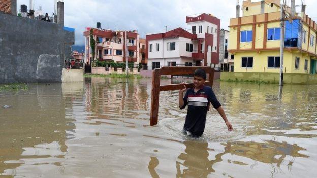 Quân đội và cảnh sát vẫn đang tích cực triển khai công tác cứu nạn và tìm kiếm. Có khoảng 34.000 ngôi nhà đã ngập trong nước lũ. Tổ chức Chữ Thập Đỏ ước tính có khoảng 100.000 người bị ảnh hưởng bởi trận lũ lụt nghiêm trọng này với điện và thông tin liên lạc hoàn toàn bị cắt đứt và cô lập.