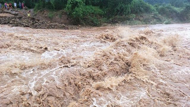 Nhiều xã miền núi thuộc tỉnh Quảng Ninh đã bị cô lập hoàn toàn sau mưa lũ kéo dài.