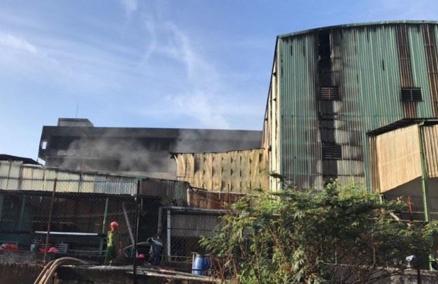 7h10 ngọn lửa ở tòa nhà của công ty cơ bản được khống chế, nhưng cảnh sát PCCC vẫn có mặt tại đây để phun nước