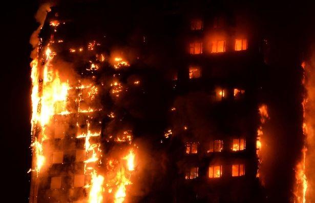 Lửa cháy bao trùm toàn bộ tòa nhà. (Ảnh: EPA)